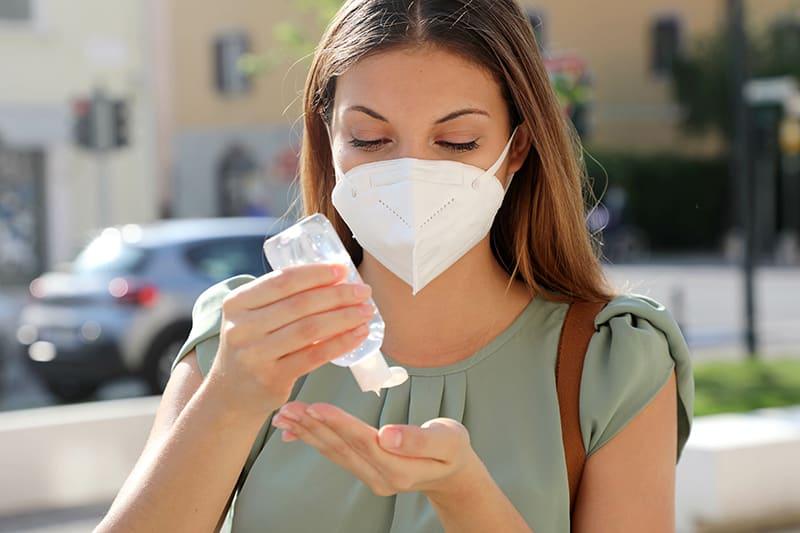 mascherine e gel per distributori automatici - prevenzione donna