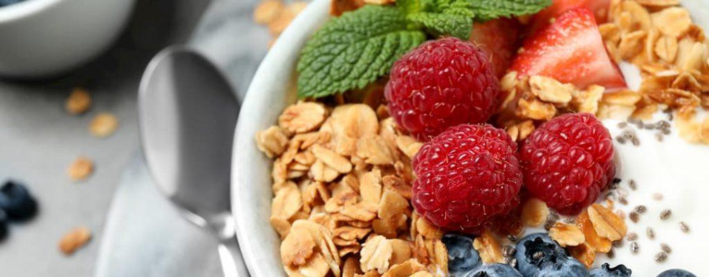 cereali con latte e frutta a colazione