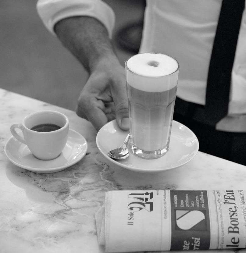 caffè espresso e latte macchiato al bar